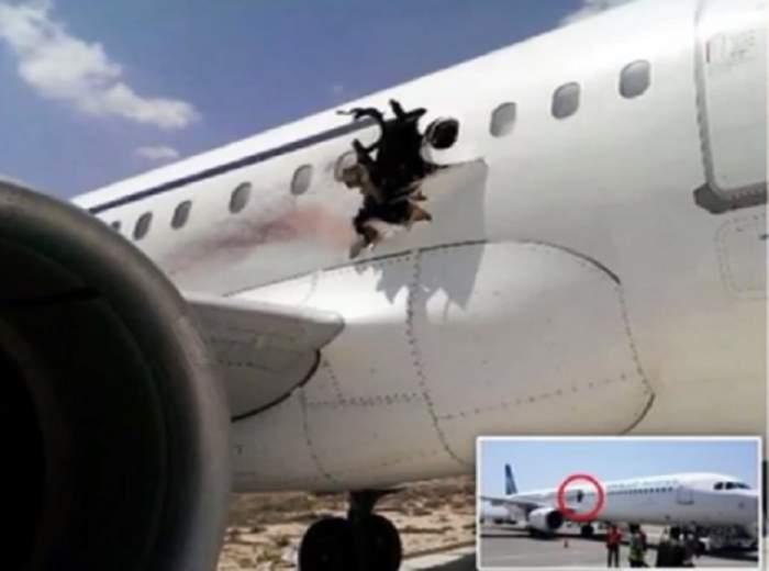 VIDEO / Panică la bord! Un bărbat a luat foc şi a căzut dintr-un avion, după ce o bombă a creat o gaură imensă