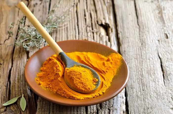 ÎNTREBAREA ZILEI - DUMINICĂ:  Ce se întâmplă în corpul tău dacă mănânci în fiecare zi o linguriţă de pulbere de turmeric? Efectele sunt absolut miraculoase