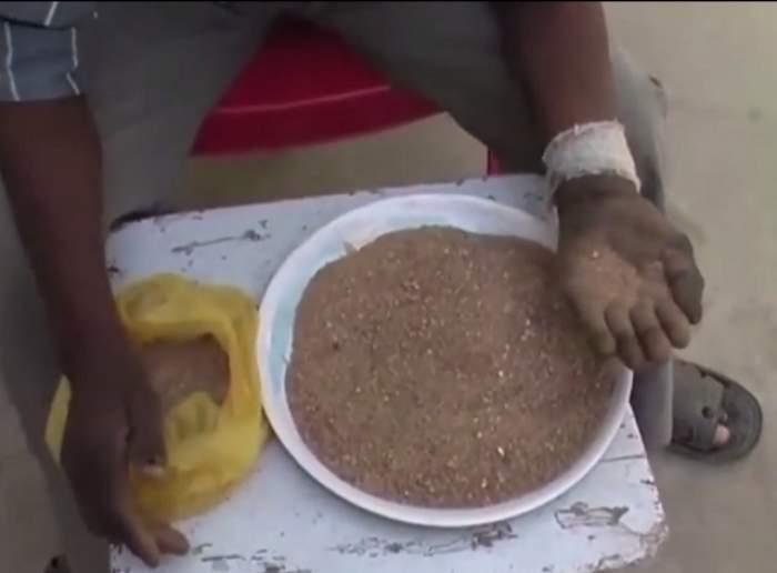 VIDEO / Mănâncă o farfurie de pietriş şi nisip pe zi, de peste 25 de ani şi n-a fost niciodată bolnav! Cum arată bărbatul care a şocat o lume întreagă