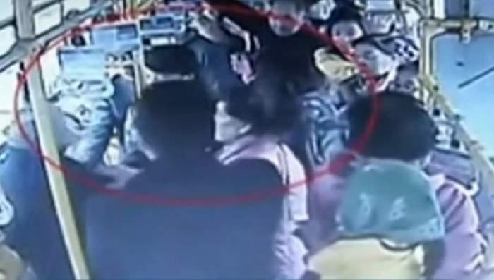 VIDEO / O femeie gravidă, bătută în autobuz de un pensionar! Imaginile crunte ale momentului