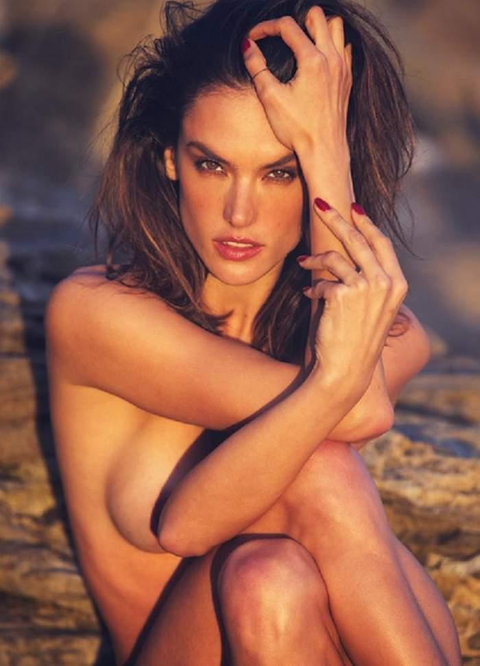 Imagini explozive! Alessandra Ambrosio, lipsită de inhibiţii! A renunţat la haine şi a pozat goală!