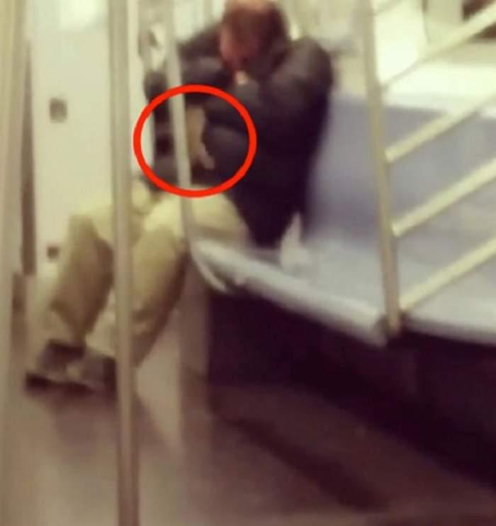 VIDEO / Motivul pentru care NU TREBUIE să aţipeşti în metrou! Ce a păţit bărbatul din imagine a devenit viral!