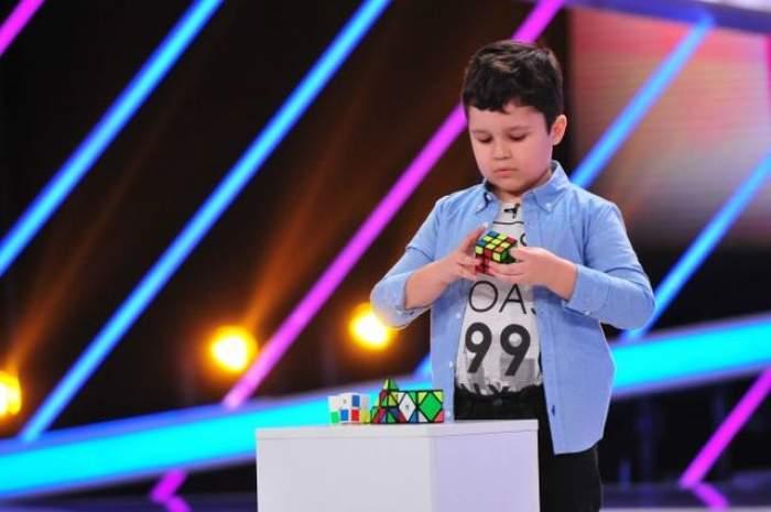 """VIDEO / Momentul care va rămâne în istoria televiziunii! Un puști de doar șapte ani rezolvă cuburile Rubik cât ai zice """"pește"""""""