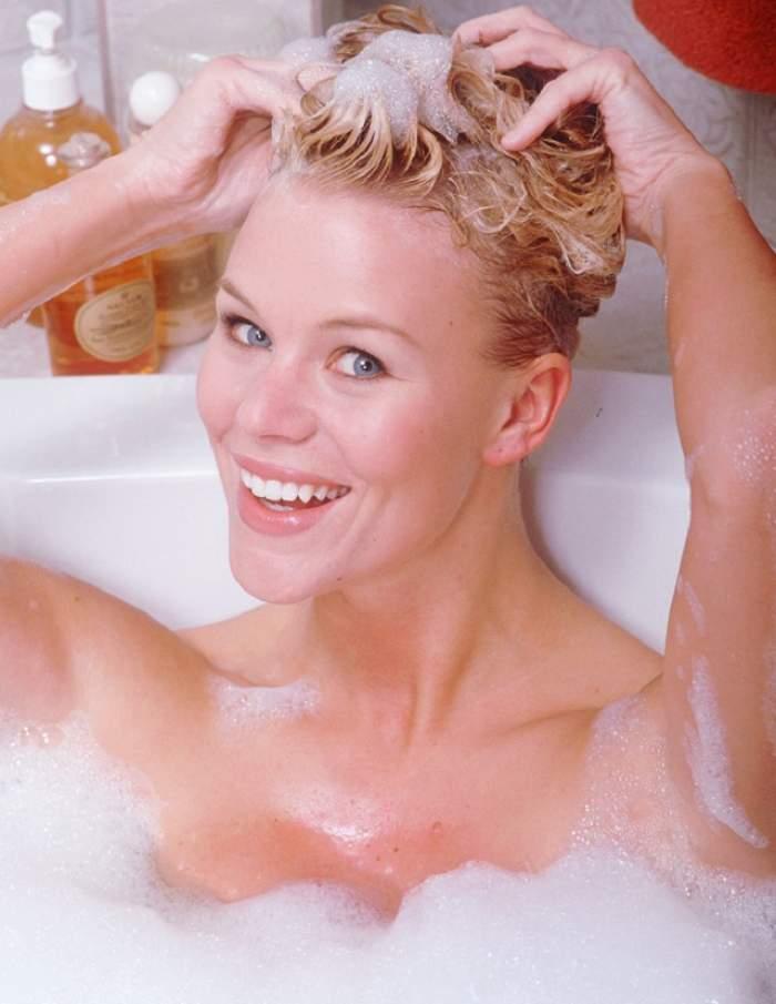 Metoda revoluţionară care face ravagii printre femei! Şi-au spălat părul cu şampon pentru cai şi au rămas uimite să constate asta! Ce s-a întâmplat