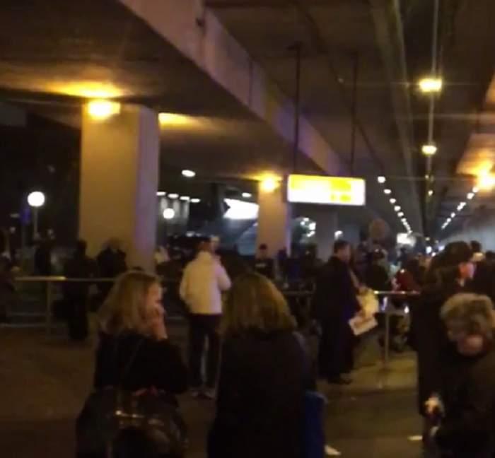 VIDEO / Aeroportul din Amsterdam, evacuat din cauza unei alerte cu bombă! Imaginile terorii au împânzit internetul