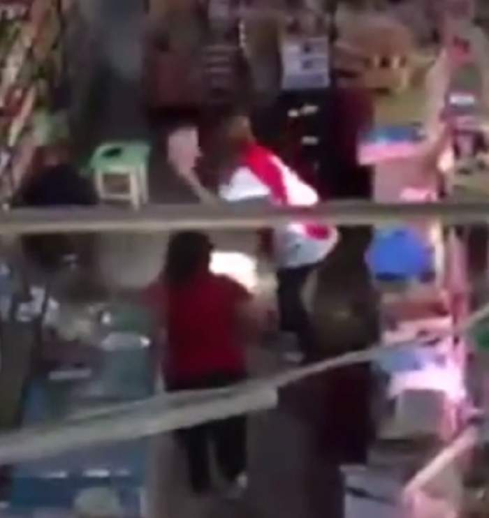 VIDEO SCANDALOS! Asta e ce mâncăm! O vânzătoare din Craiova aruncă pe jos carnea, apoi o pune în vitrină