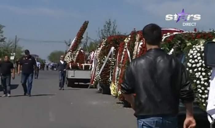 VIDEO / Primele imagini de la înmormântarea lui Fane Spoitoru! Este condus pe ultimul drum de peste 1.000 de persoane şi i-au fost aduse zeci de coroane