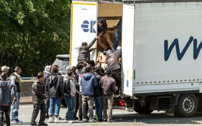 Descoperire şocantă în camionul unui român din Marea Britanie! Nu ai să crezi ce le-a făcut mai multor migranţi