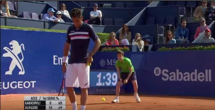 VIDEO / Faza zilei la un meci de tenis! Un copil de mingi s-a împiedicat şi a intrat cu capul în peretele tribunei