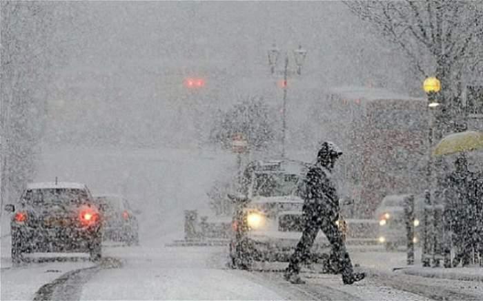 S-a întors iarna în România: Circulaţia este îngreunată pe mai multe drumuri din Harghita din cauza ninsorilor abundente