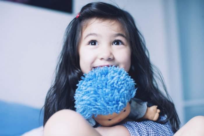Fetiţa ei a câştigat o păpuşă la tombolă. Ce a găsit în interiorul jucăriei a şocat-o