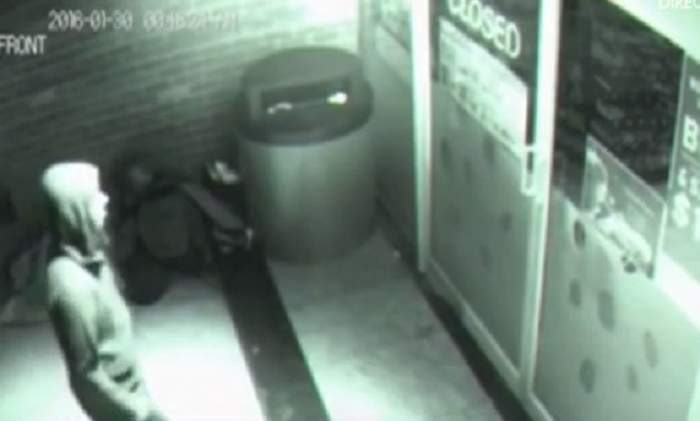 VIDEO / Imaginile desprinse din filmele horror care îţi fac pielea de găină! O siluetă a intrat prin geamul unui magazin