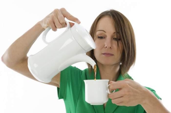 Cafeaua îţi afectează direct mărimea sânilor! Ce se întâmplă cu bustul tău dacă bei mai mult de trei căni din licoarea minune pe zi