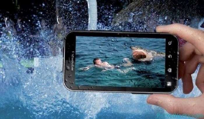 ÎNTREBAREA ZILEI - LUNI / Ce trebuie să faci dacă ţi-a scăpat telefonul în apă? Urmează întocmai aceste sfaturi şi vei fi surprins de efecte