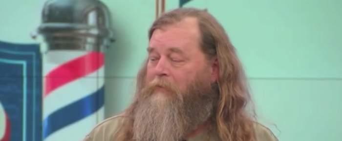 VIDEO / A refuzat să-şi mai tundă barba ani de zile, dar când a făcut-o...rezultatul a fost spectaculos! Cum arată