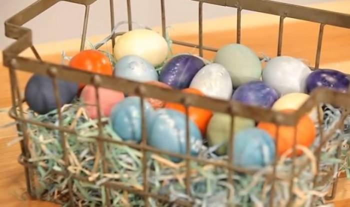 Acesta este secretul ouălor de Paşte. Fă asta şi nu o să ţi se ia vopseaua pe mâini. Bonus: cum obții culorile naturale din legume