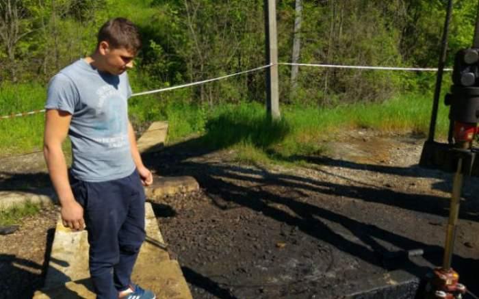 VIDEO / Durere fără margini pentru o familie din Dâmboviţa! Fiul lor de aproape 2 ani a murit după ce a căzut într-un puţ cu petrol