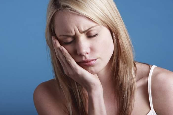 ÎNTREBAREA ZILEI - JOI / Care este cel mai simplu şi eficient remediu împotriva durerilor de măsea? Nu costă niciun ban