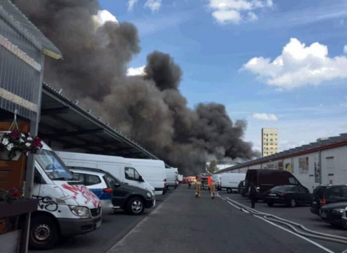Un centru comercial a luat foc. Sute de pompierii se luptă să stingă flăcările