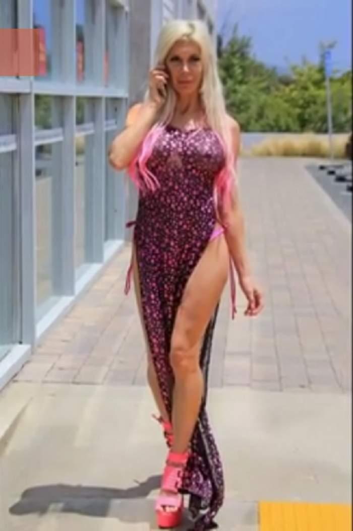 FOTO / Ai crede că a îmbrăcat o rochie mult prea transparentă, dar te-ai înşela! Ce se întâmplă atunci când se întoarce cu spatele!