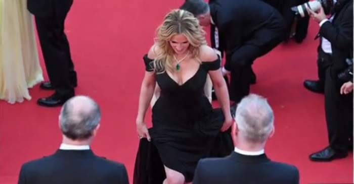 FOTO / A îmbrăcat o rochie spectaculoasă şi a afişat un decolteu ameţitor, dar privirile tuturor au fost îndreptate către altceva! Detaliul incredibil lăsat la vedere de Julia Roberts