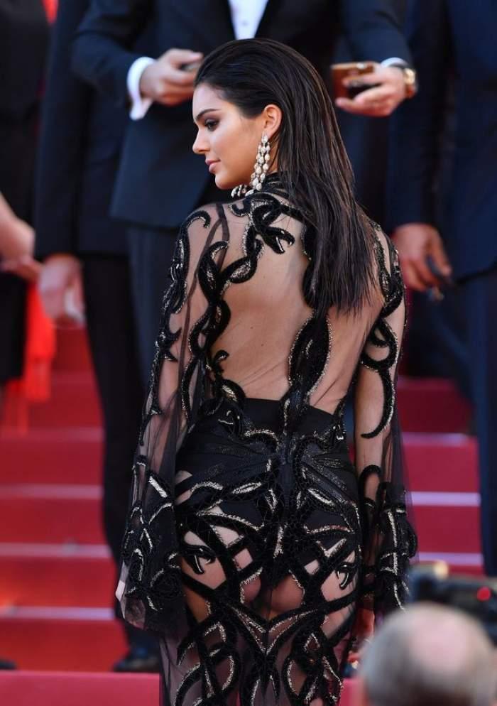 FOTO / Apariţie incendiară! Kendall Jenner şi-a arătat fundul pe covorul roşu de la Cannes