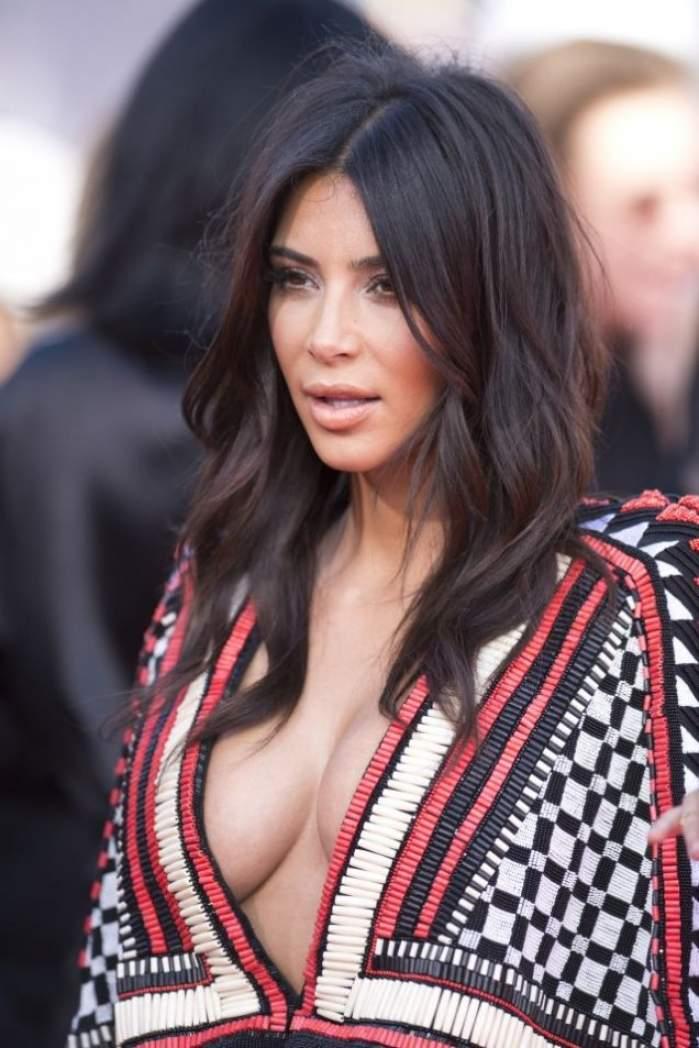 FOTO / Şi-a revenit spectaculos după sarcină şi arată bestial! Kim Kardashian, irezistibil de sexy, într-o rochie super mulată