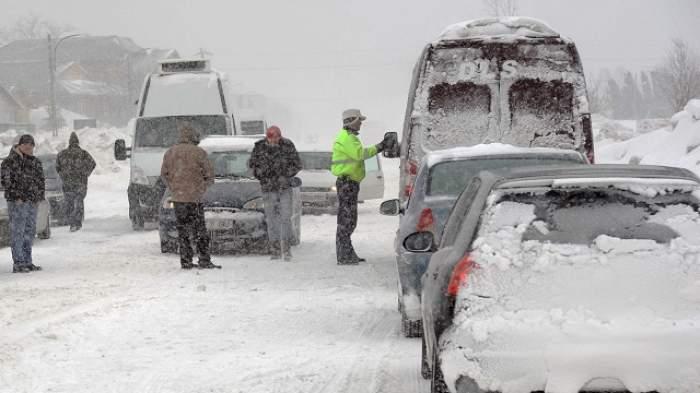 Vremea a luat-o razna la sfârşitul primăverii! Zona din România în care a nins puternic, iar drumarii au intervenit cu utilajele de deszăpezire