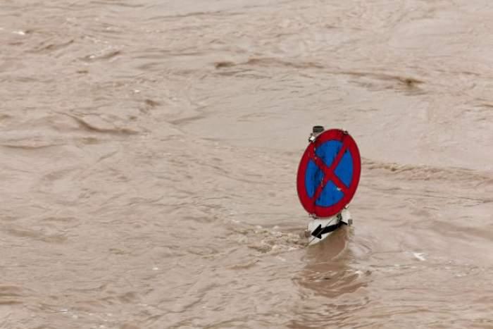 VIDEO / Peste 300 de gospodării au fost inundate, iar mii de familii au rămas fără curent electric