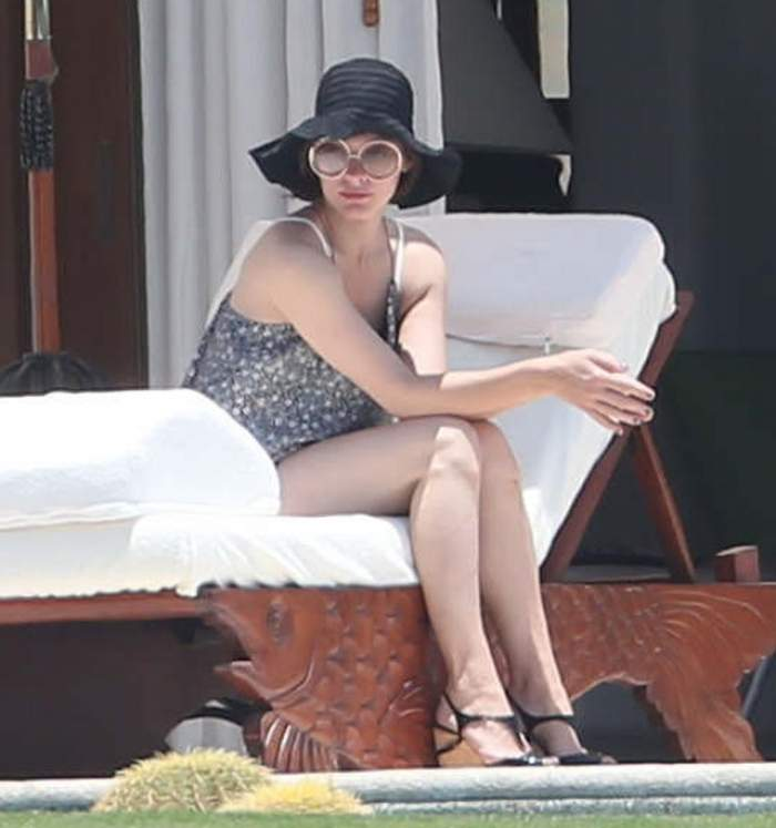Imagini hot cu Milla Jovovich, în costum de baie! Cât de bine arată actriţa la 41 de ani!