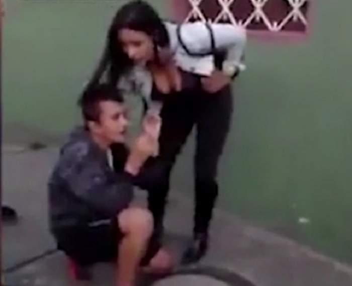 VIDEO / A vrut să o jefuiască, dar a încasat-o rău de tot! L-a lăsat dezbrăcat, în plină stradă, iar momentul a fost senzaţional