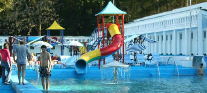 Tragedie! O fetiţă a murit după ce un copil i-a sărit pe spate de pe trambulina ştrandului