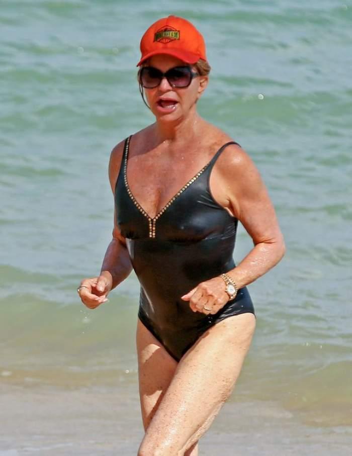FOTO / Goldie Hawn, în costum de baie la 70 de ani. Detaliul care le-a atras atenţia paparazzilor nu are legătură cu celulita sau pielea flască