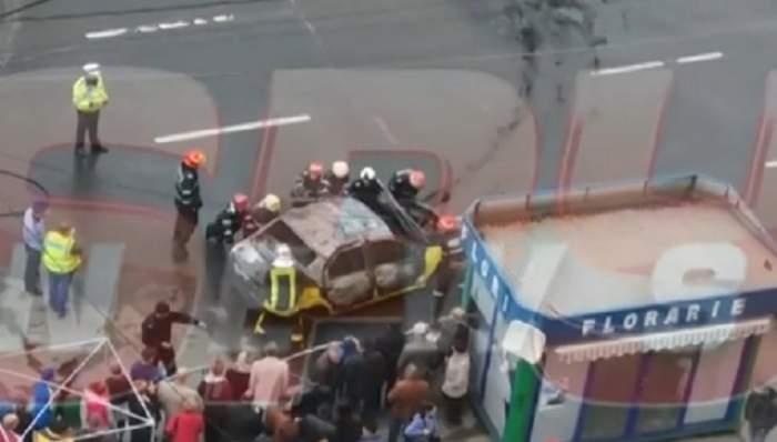 VIDEO / Reacţie NEAŞTEPTATĂ a pompierilor veniţi să stingă taxiul care a fost incendiat! Oamenii au privit şi nu credeau ce le văd ochii