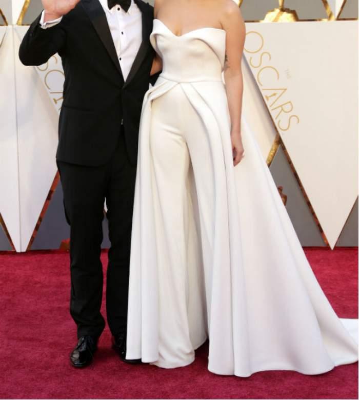 FOTO / Trece prin momente grele! Lady Gaga, părăsită de logodnicul ei, Taylor Kinney, înainte să îmbrace rochia albă de mireasă