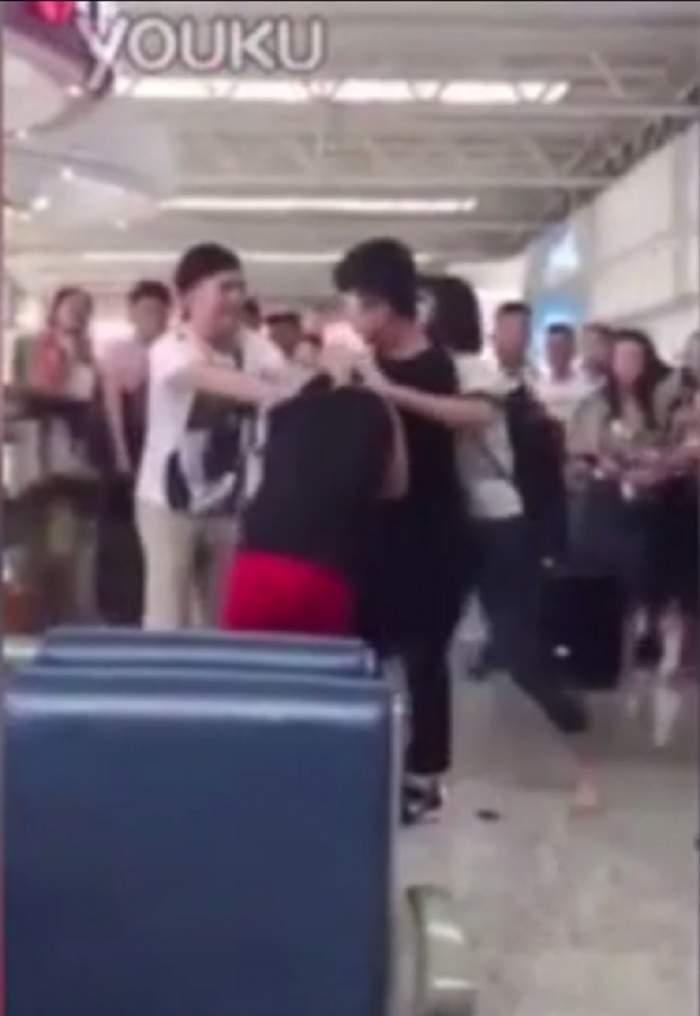 VIDEO / Răzbunare terifiantă pe un aeroport! Şi-a prins soţul cu amanta şi a bătut-o zdravăn! Scena înfiorătoare face furori pe internet