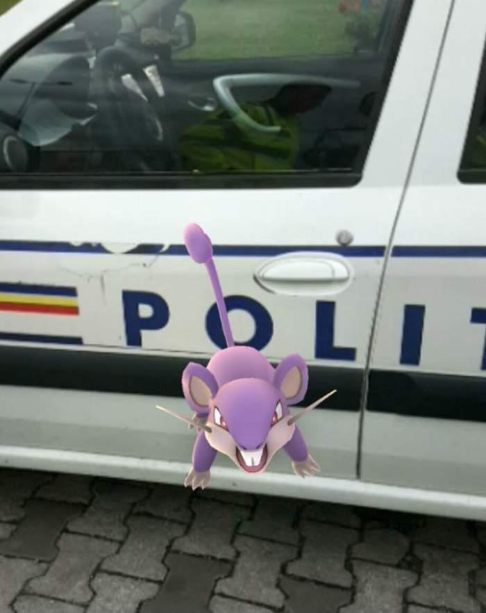 Poliţistul pamfletar, reacţia după ce a prins un bărbat în timp ce vâna un pokemon lângă maşina sa de serviciu
