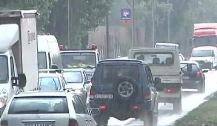 VIDEO / Accident violent în Galaţi: a fugit de ploaie şi a fost omorât de roţile unei maşini!
