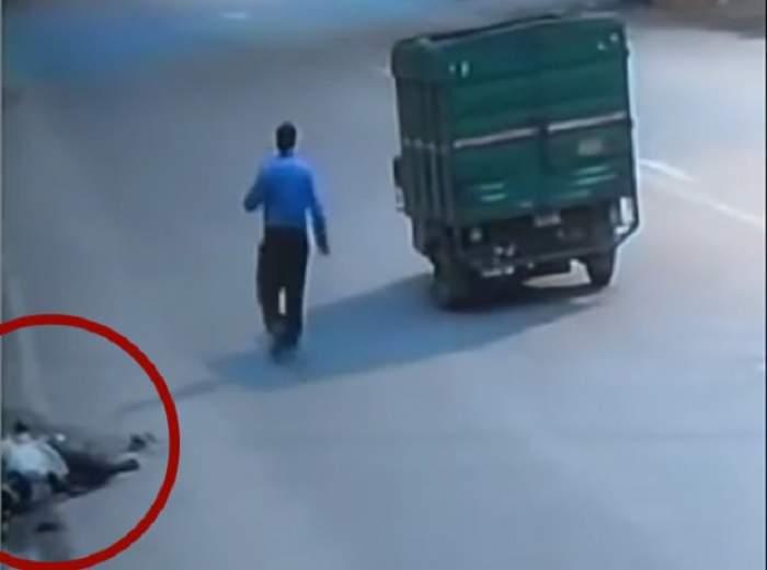 VIDEO / În ce lume trăim? A fost lovit de un camion și a agonizat ore întregi! Ce s-a întâmplat cu bărbatul pe lângă care au trecut zeci de mașini și pietoni