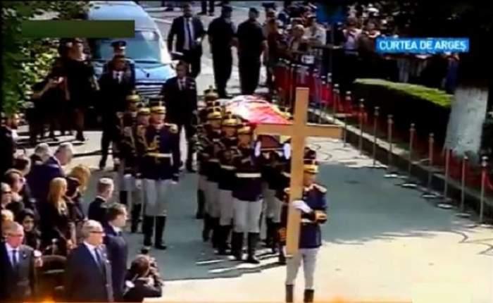 Cortegiul funerar a ajuns la catedrala Curtea de Argeș. Sicriul Reginei Ana, purtat de opt militari