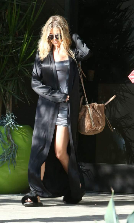 FOTO / Kylie Jenner încinge imaginația bărbaților într-un COSTUM DE BAIE MINUSCUL, iar sora ei, Kloe, iese din casă FĂRĂ SUTIEN! Ipostazele în care a fost surprinsă de paparazzi