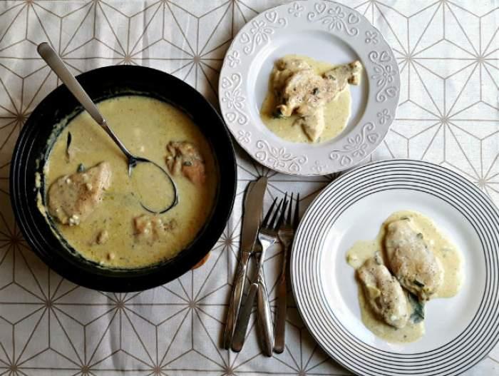 FOTO / REŢETA ZILEI - LUNI: Piept de pui în sos alb de usturoi cu salvie și lămâie!