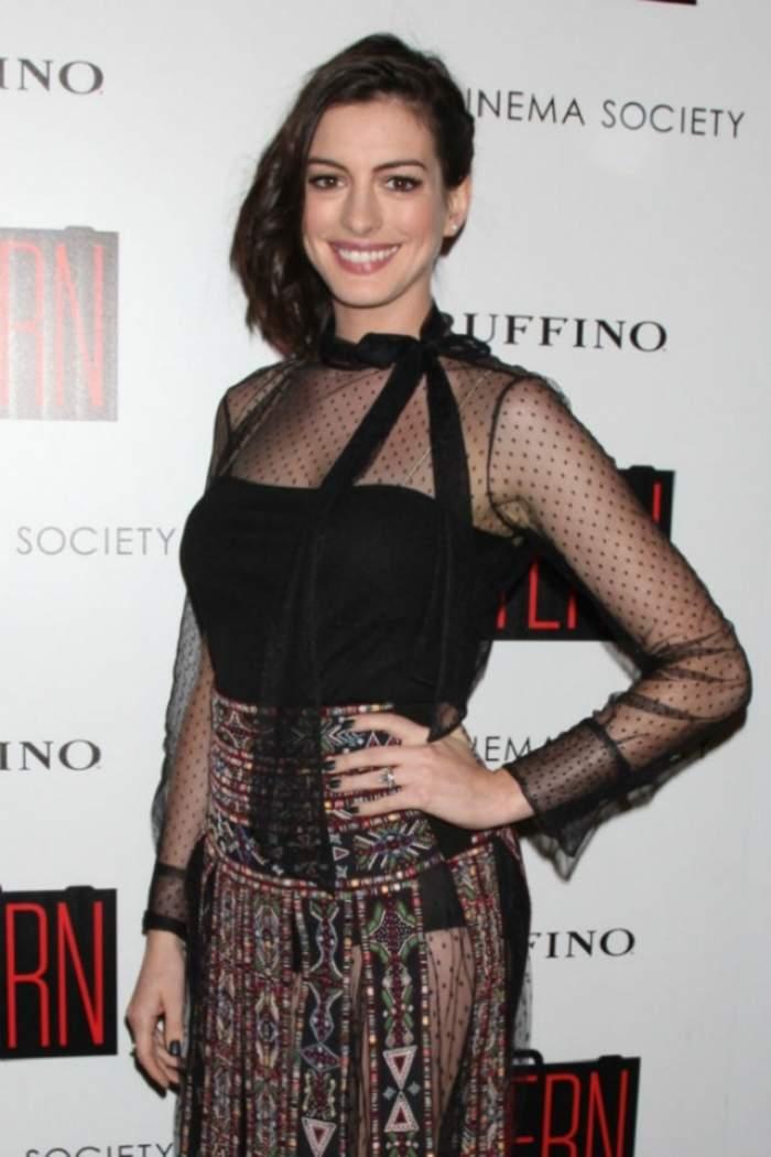 FOTO / A născut şi nu se teme să apară naturală! Anne Hathaway, fără pic de machiaj! Ţi se pare frumoasă?