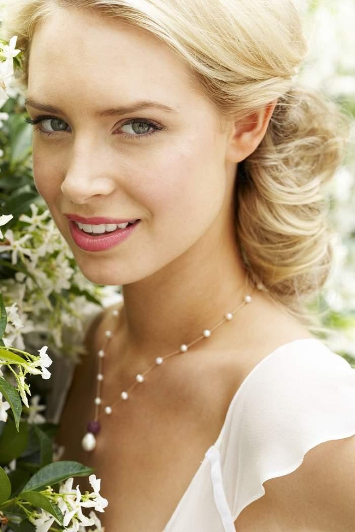 VIDEO / ÎNTREBAREA ZILEI - MIERCURI: Ce bijuterii trebuie să porţi la nuntă în 2016?