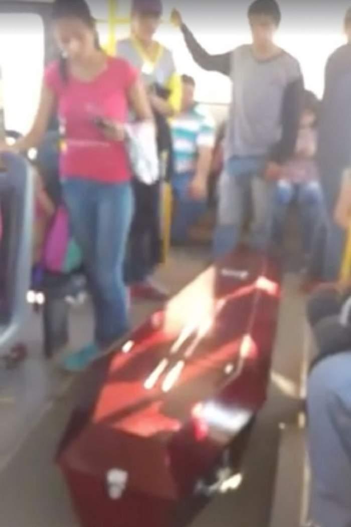 VIDEO / Mergeau cu autobuzul şi s-au trezit cu SICRIUL lângă ei! Întâmplarea bizară prin care a trecut o familie ÎNDURERATĂ