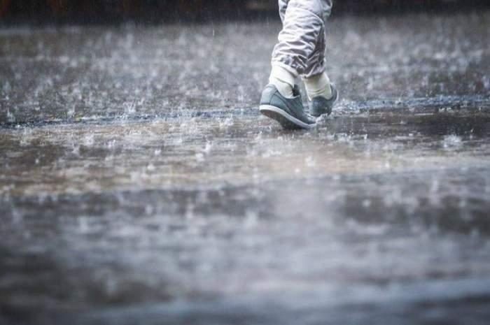 Meteorologii anunță COD GALBEN de ploi, grindină și descărcări electrice! Cum va fi vremea în weekend