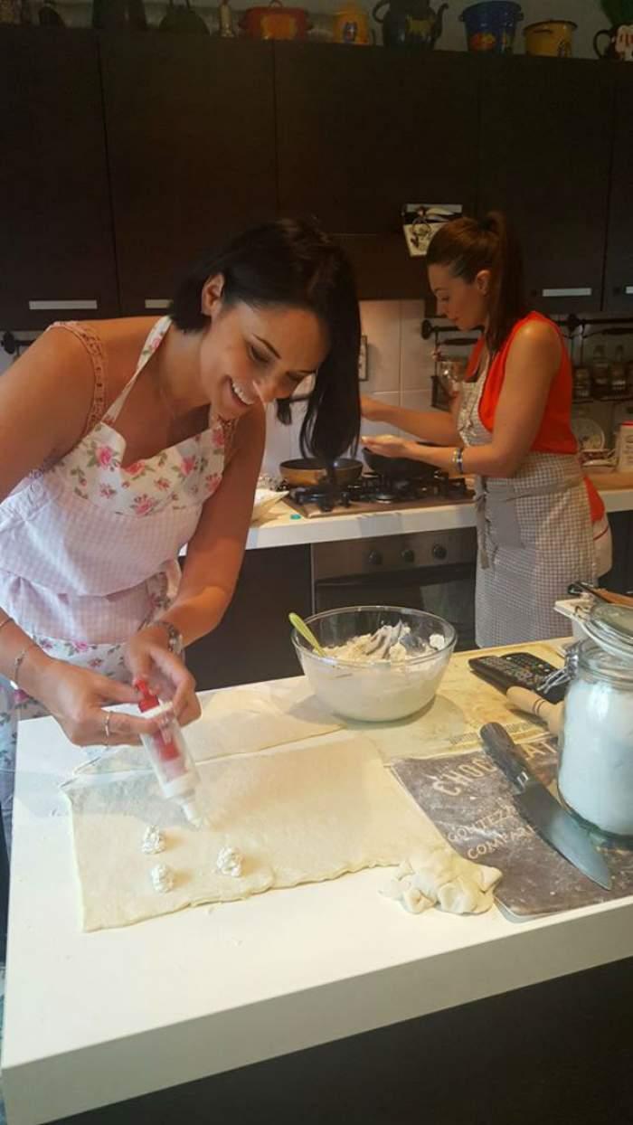 FOTO  / A luat lecții de gătit, azi și-a pus șorțul și a bucătărit! O recunoști pe cea care a ajutat-o pe Andreea Marin?