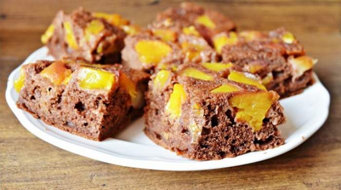 REȚETA ZILEI - LUNI / Prăjitură răsturnată cu piersici, un desert gustos, ce-ți înnebunește papilele! Gata în mai puțin de o oră