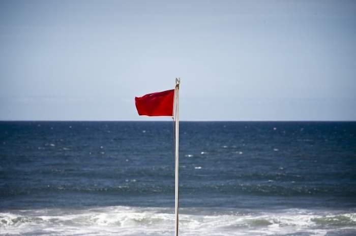 Alertă la mare! Furtună de gradul 4! Turiştii nu au voie să intre în apă