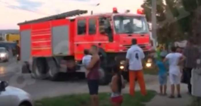 VIDEO / INCENDIU PUTERNIC! Pompierii acționează cu două autospeciale
